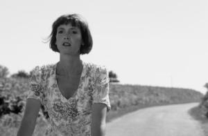 Sabine Azéma à bicyclette sur le tournage de « Cinq jours en Juin » © Nathalie Eno